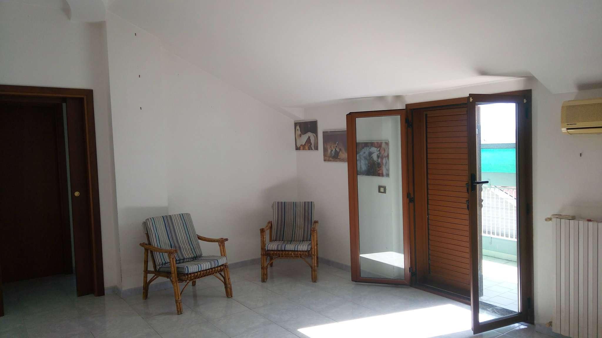 Ampio appartamento mansardato con quattro balconcini e posto auto