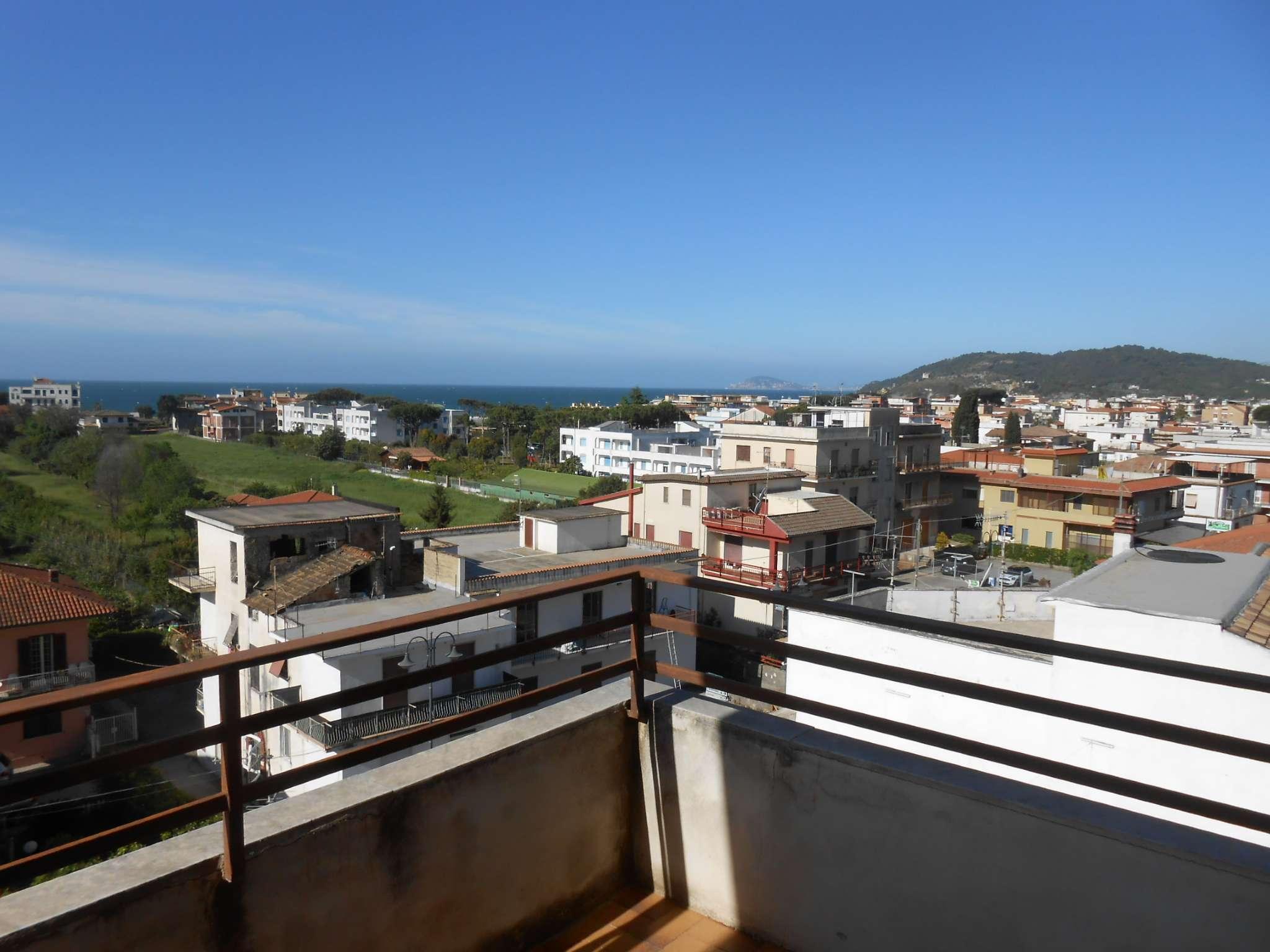 Ampio appartamento con ampia balconata vista mare e posto auto