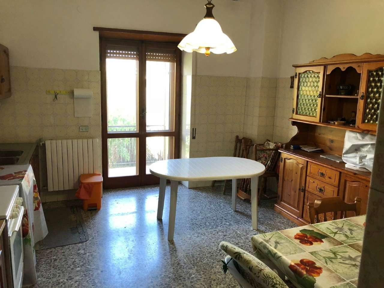 Ampio appartamento con piccolo giardino e garage, foto 2