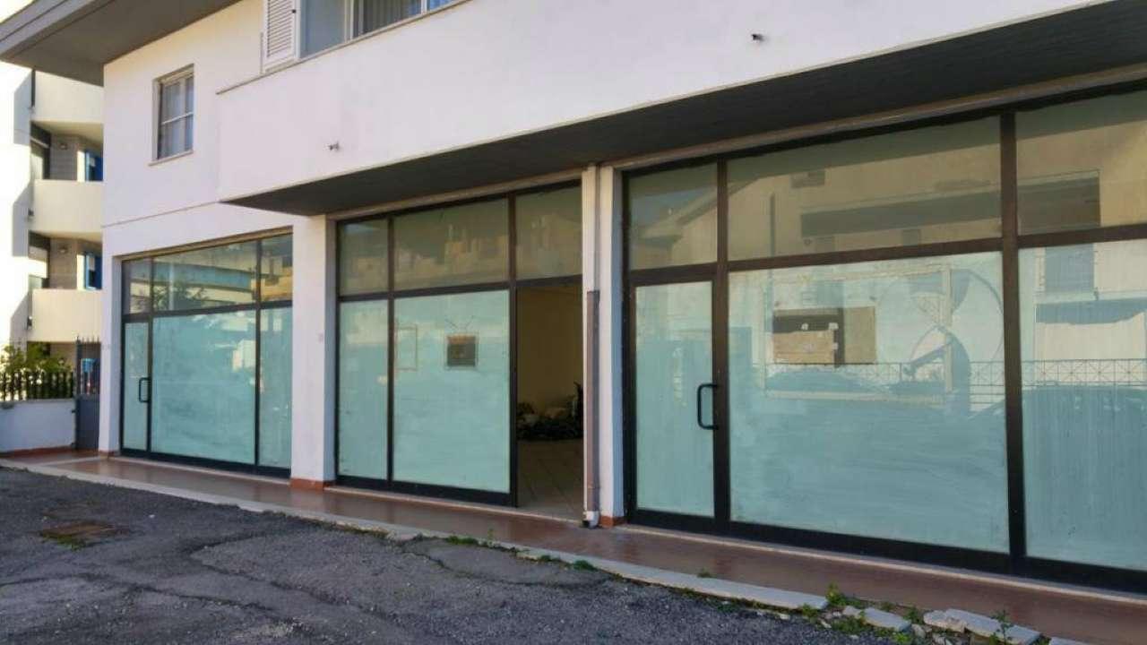 Negozio con due ampie vetrine in zona centrale Rif. 8007294