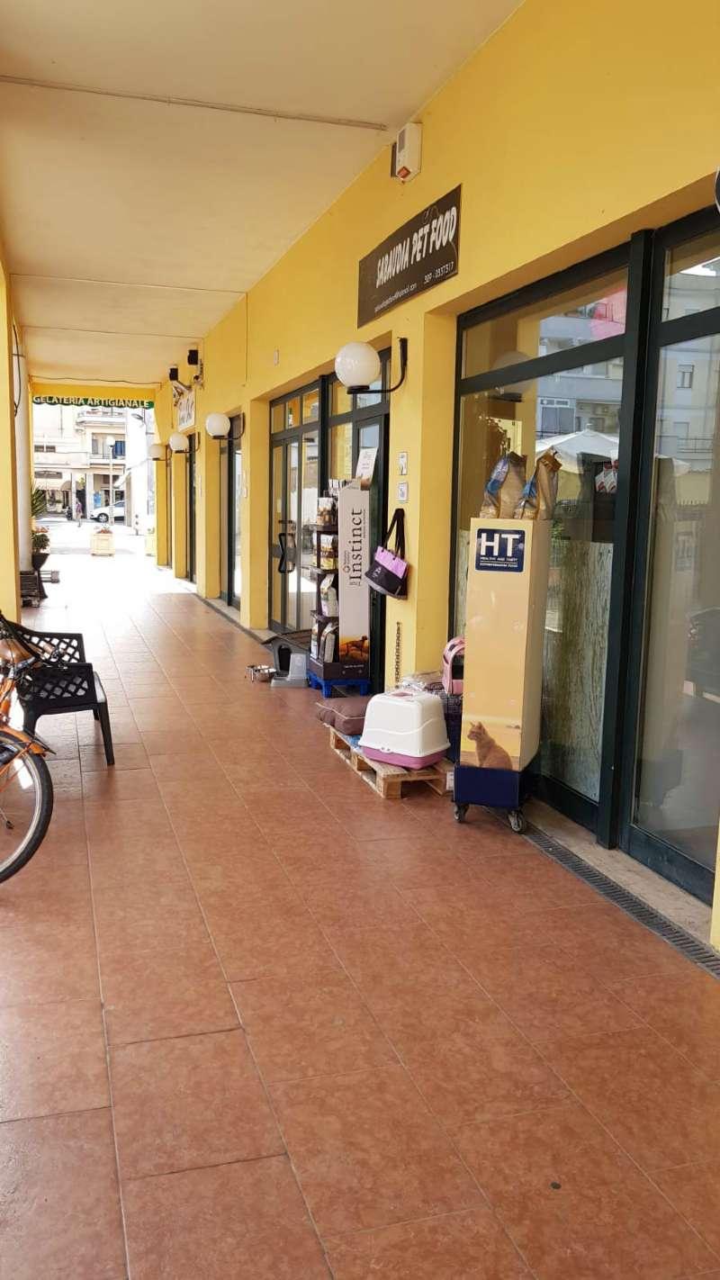 Negozio a pochi passi dalla piazza centrale con portico e posto auto Rif. 8288860