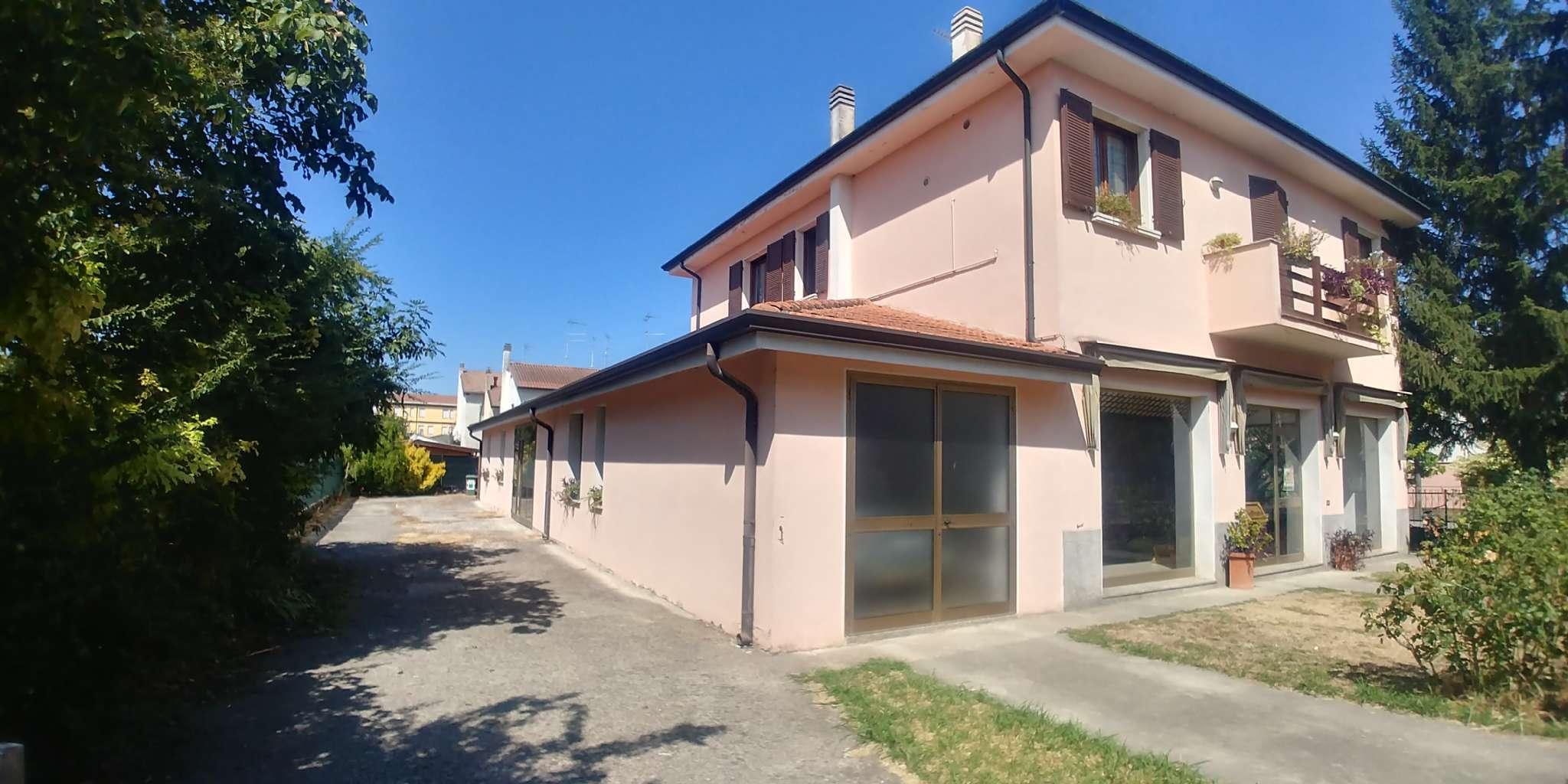 Complesso immobiliare con abitazione, negozio, laboratorio e magazzino Rif. 5646136