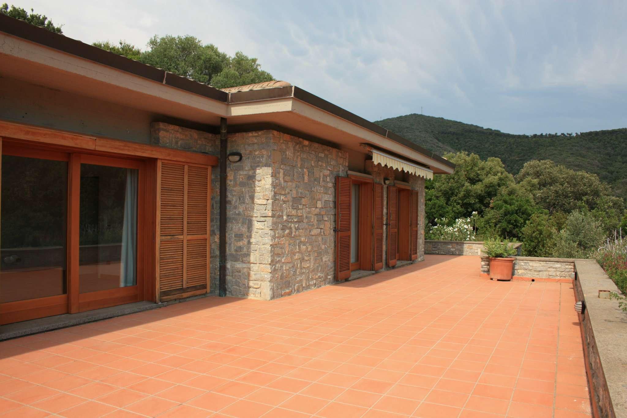 Importante villa con dependance, ampio giardino e solarium panoramico