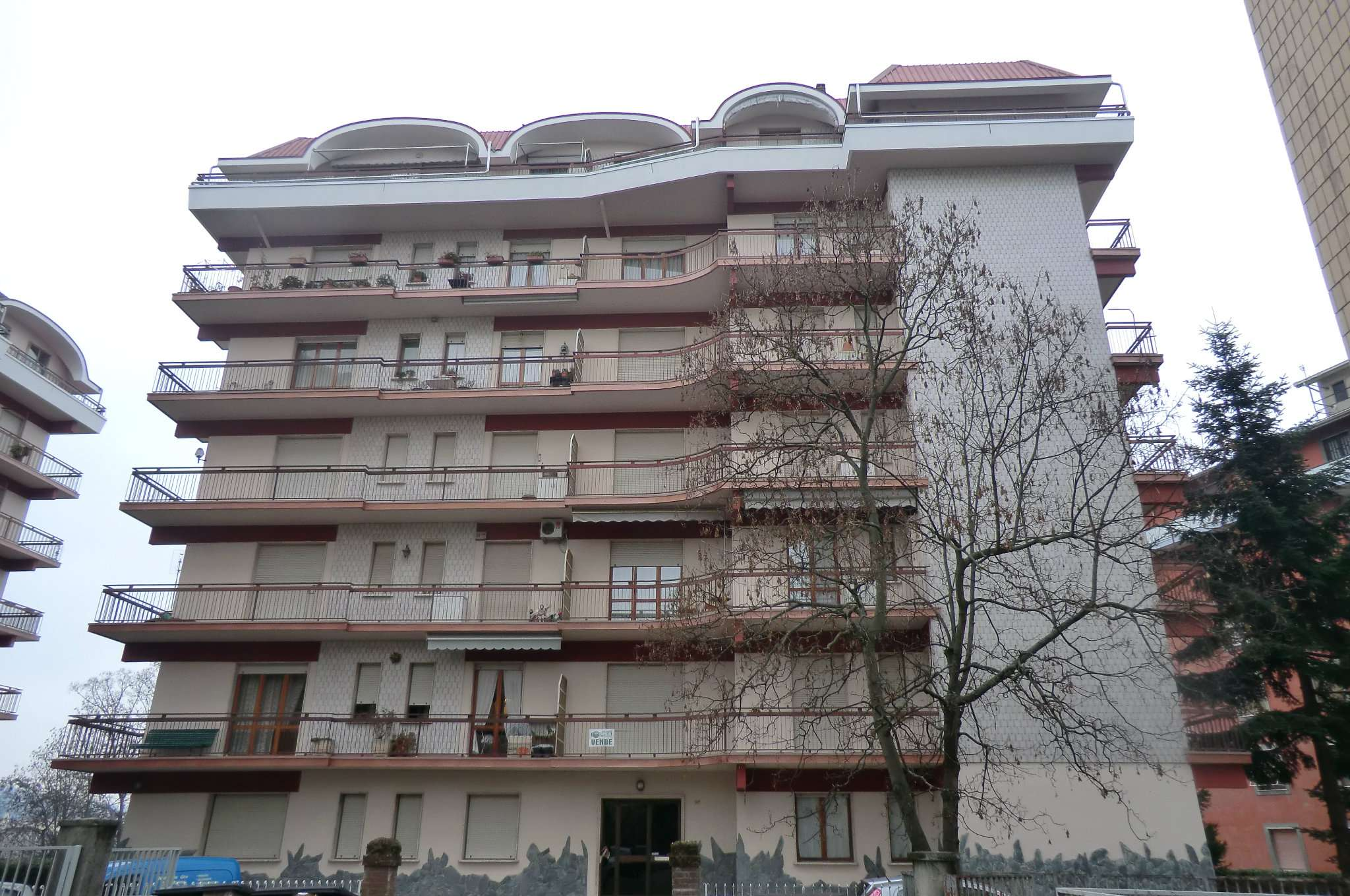 Ampio appartamento con tre balconi ed autorimessa