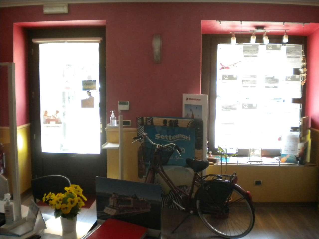 Muri di un negozio con vetrina fronte strada ed ampia cantina, foto 14