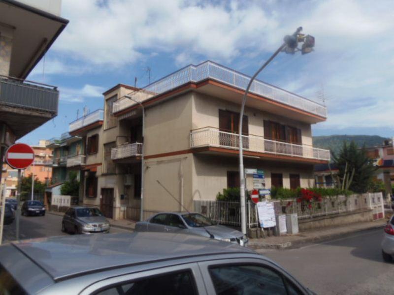 Due appartamenti con balconi in posizione centrale