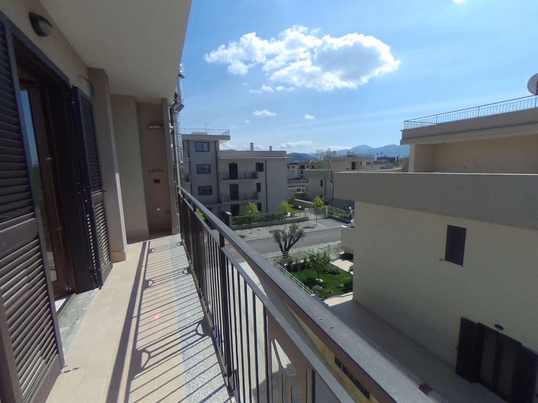 Ampio appartamento in parco di nuova costruzione con balconi e box auto