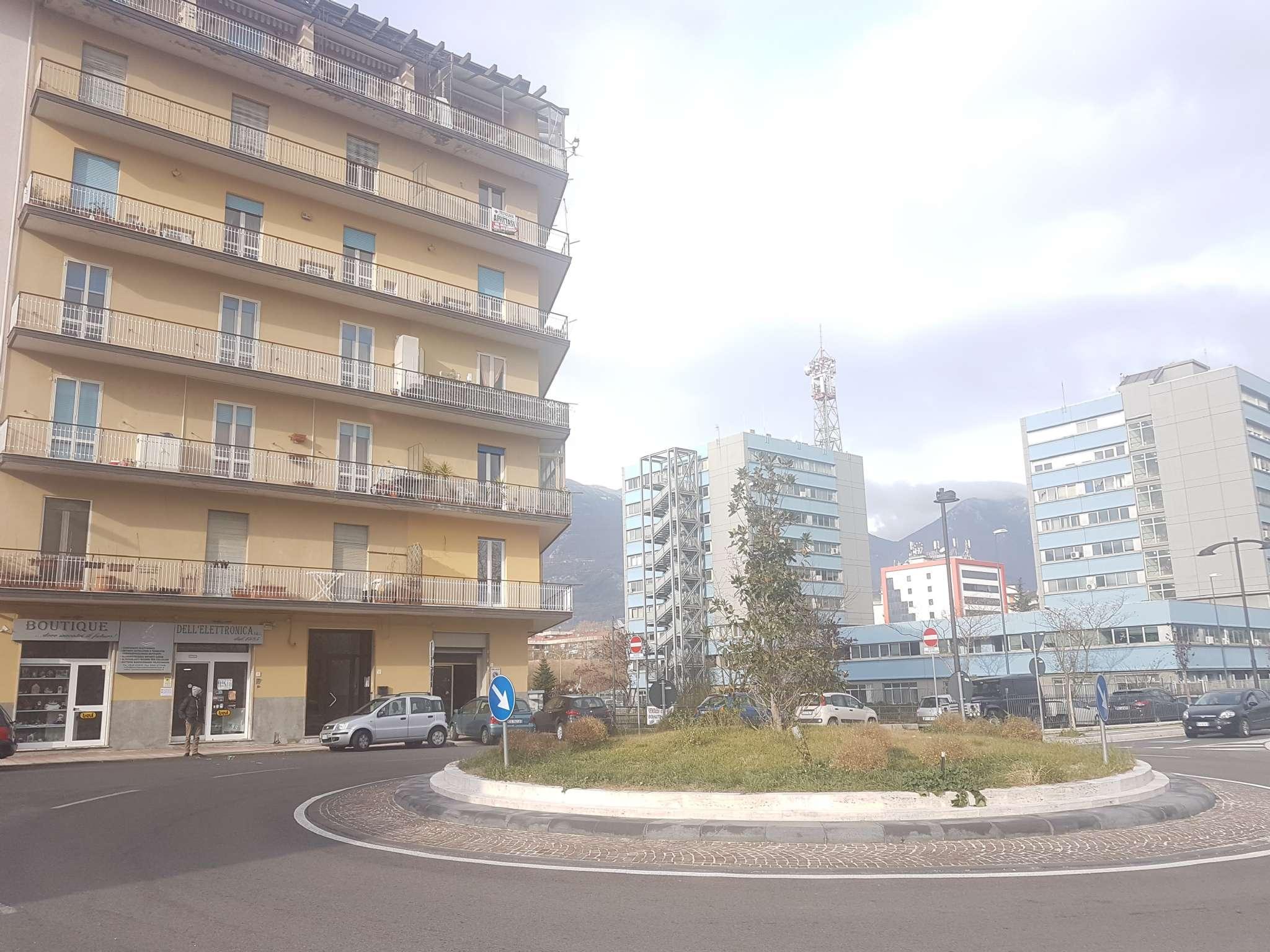 Locale commerciale con vetrina fronte strada in zona centrale