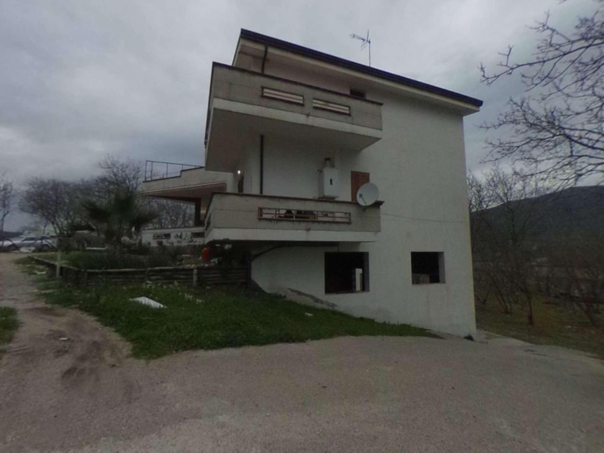 Quadrilocale con giardino, balconi e garage