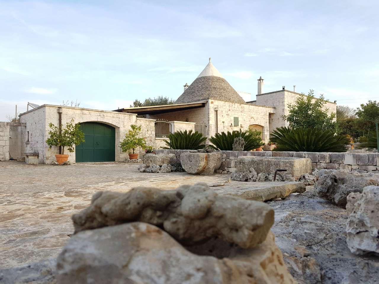 Complesso in pietra ristrutturato formato da trulli e lamie con giardino, foto 1