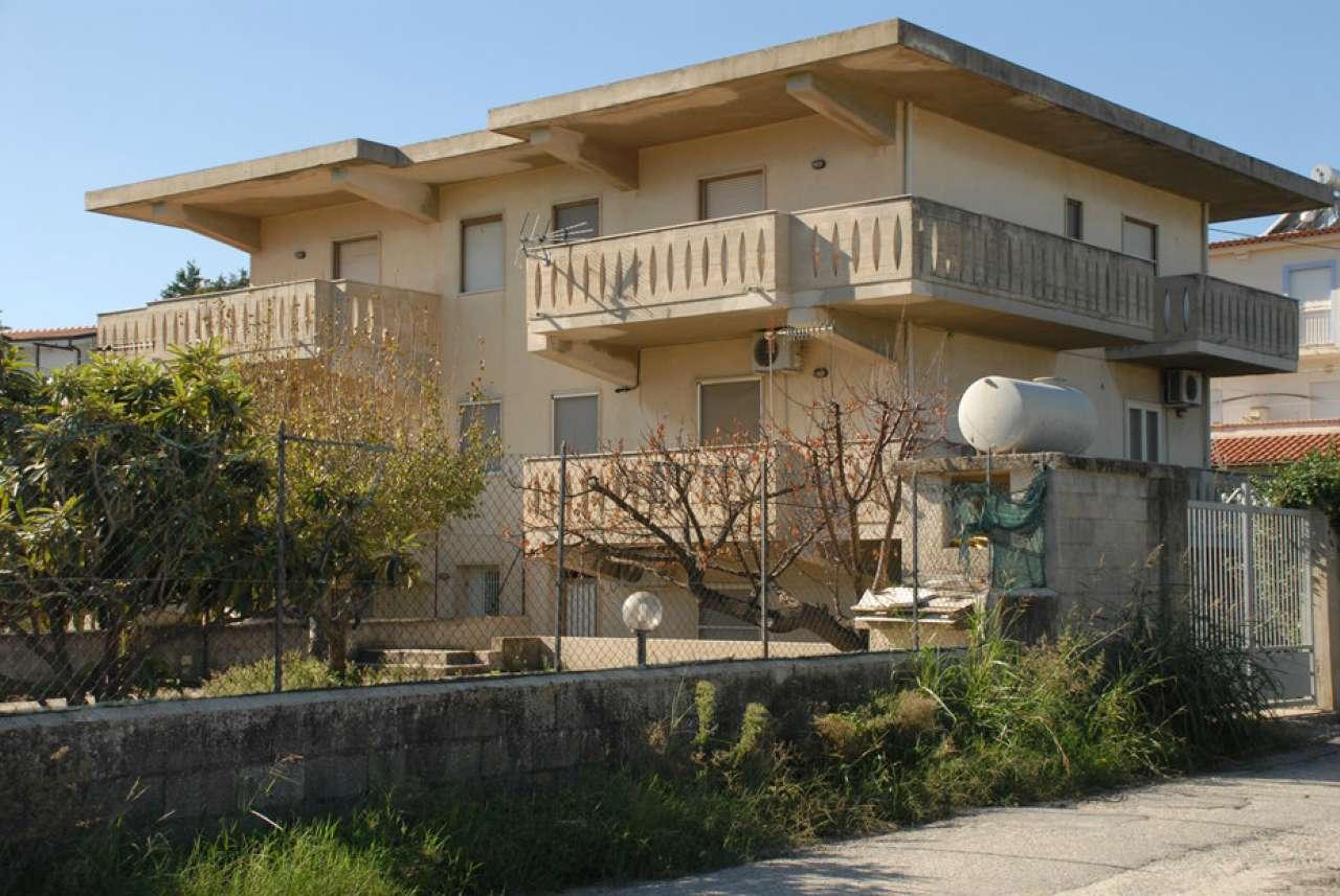 Foto 1 di Trilocale via Giuseppe Verdi, frazione Davoli Marina, Davoli