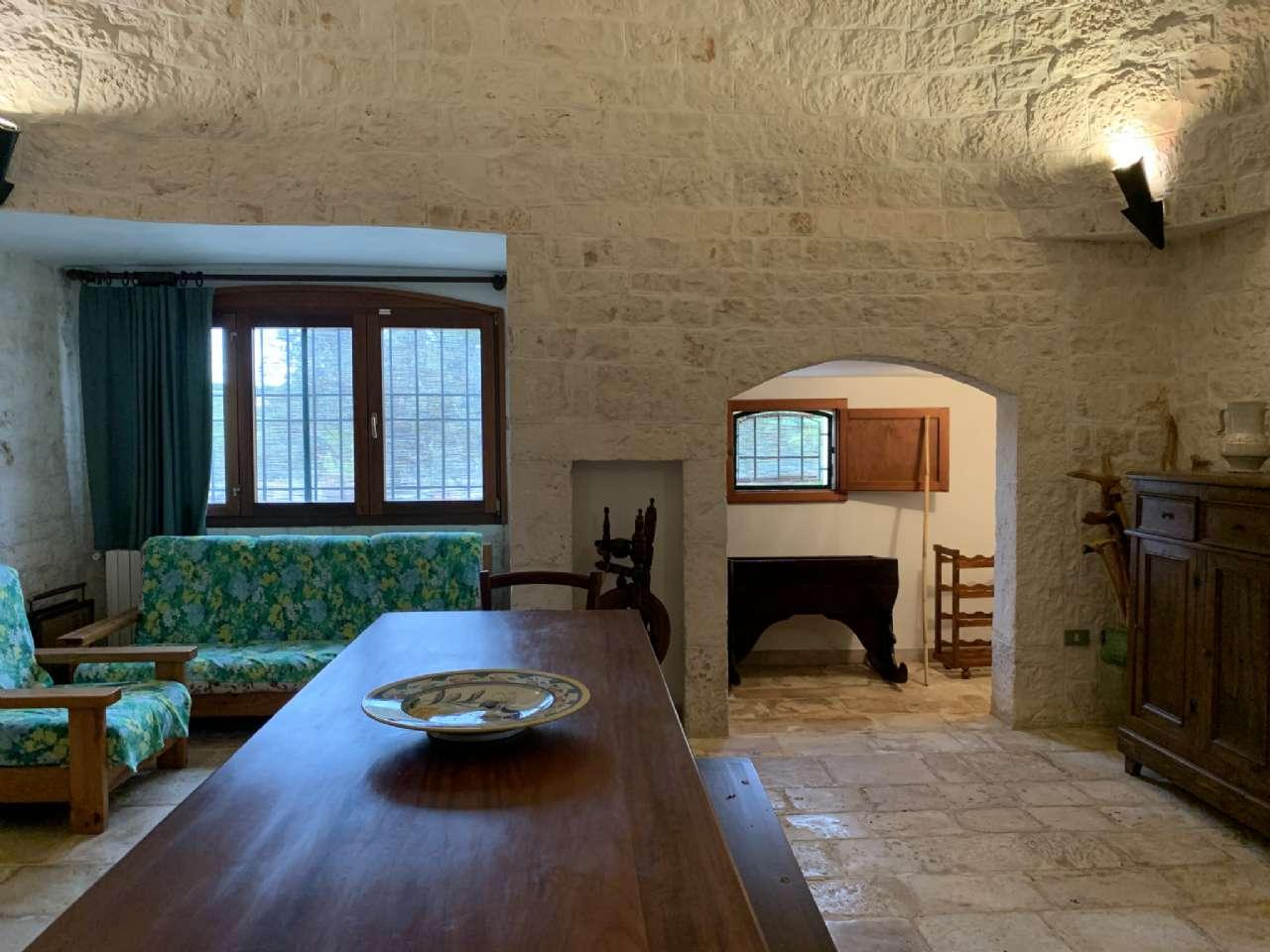 Complesso in pietra ristrutturato formato da trulli e lamie con giardino, foto 4