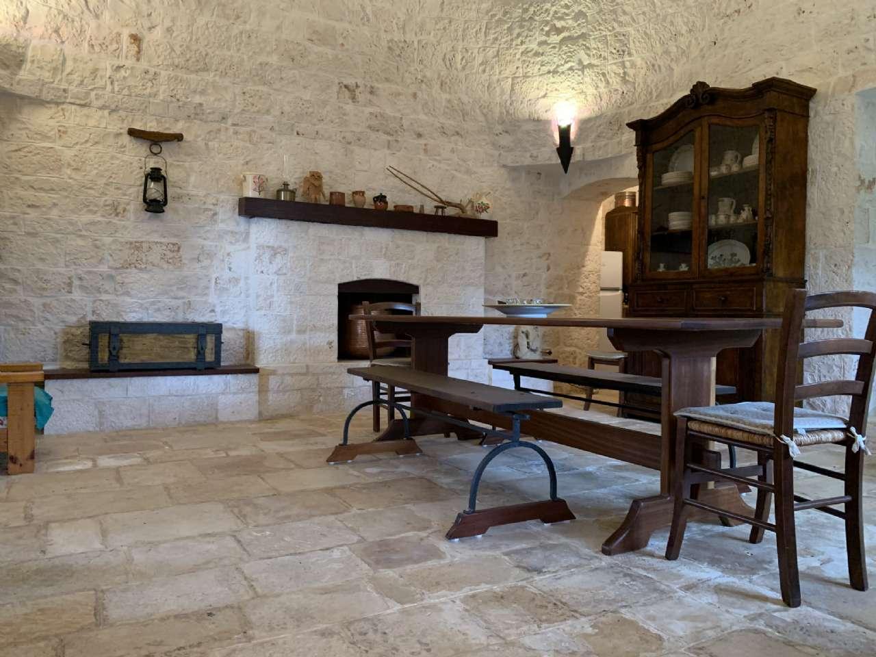 Complesso in pietra ristrutturato formato da trulli e lamie con giardino, foto 0