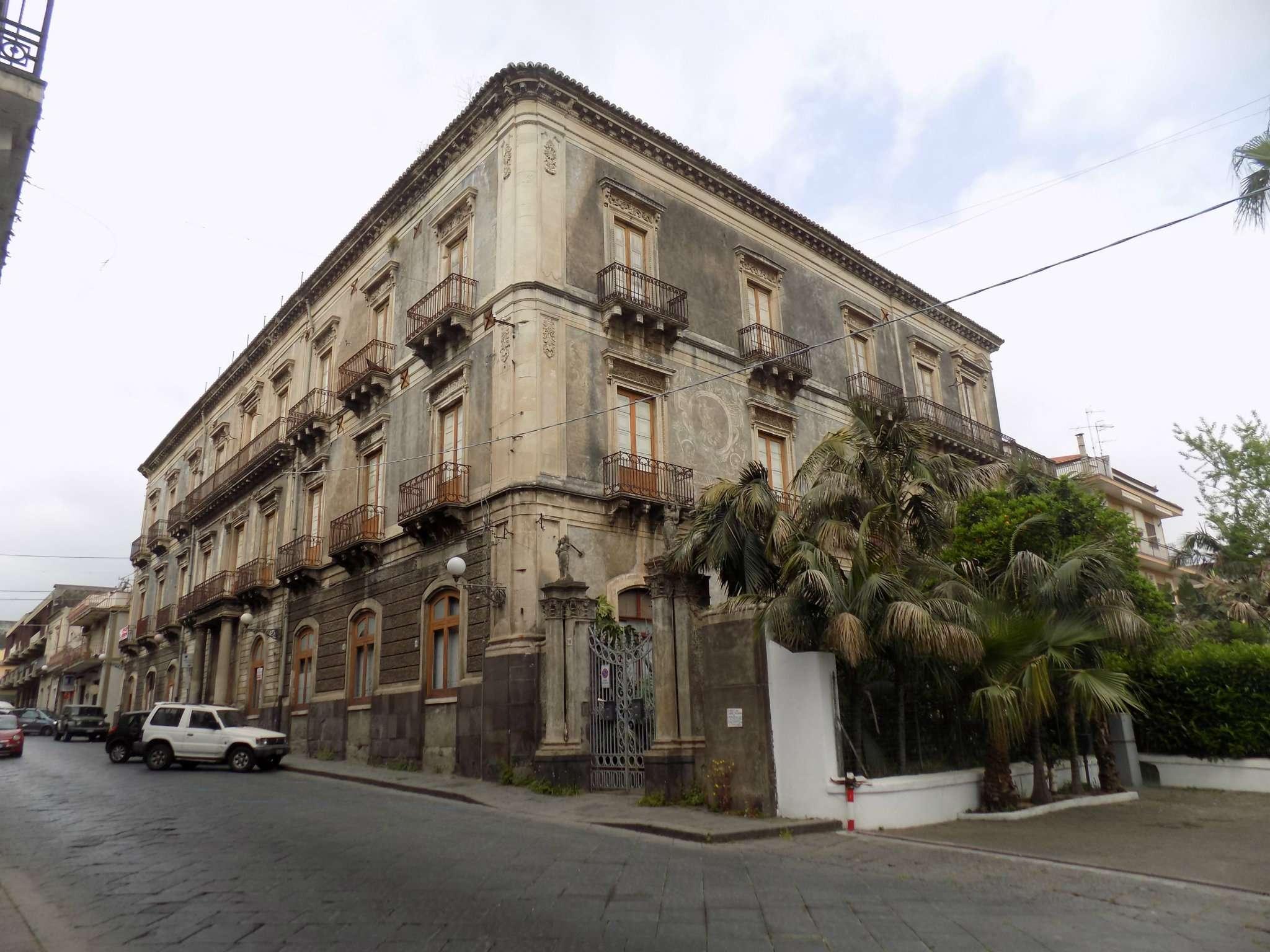 Palazzo storico con corte esterna in zona centrale