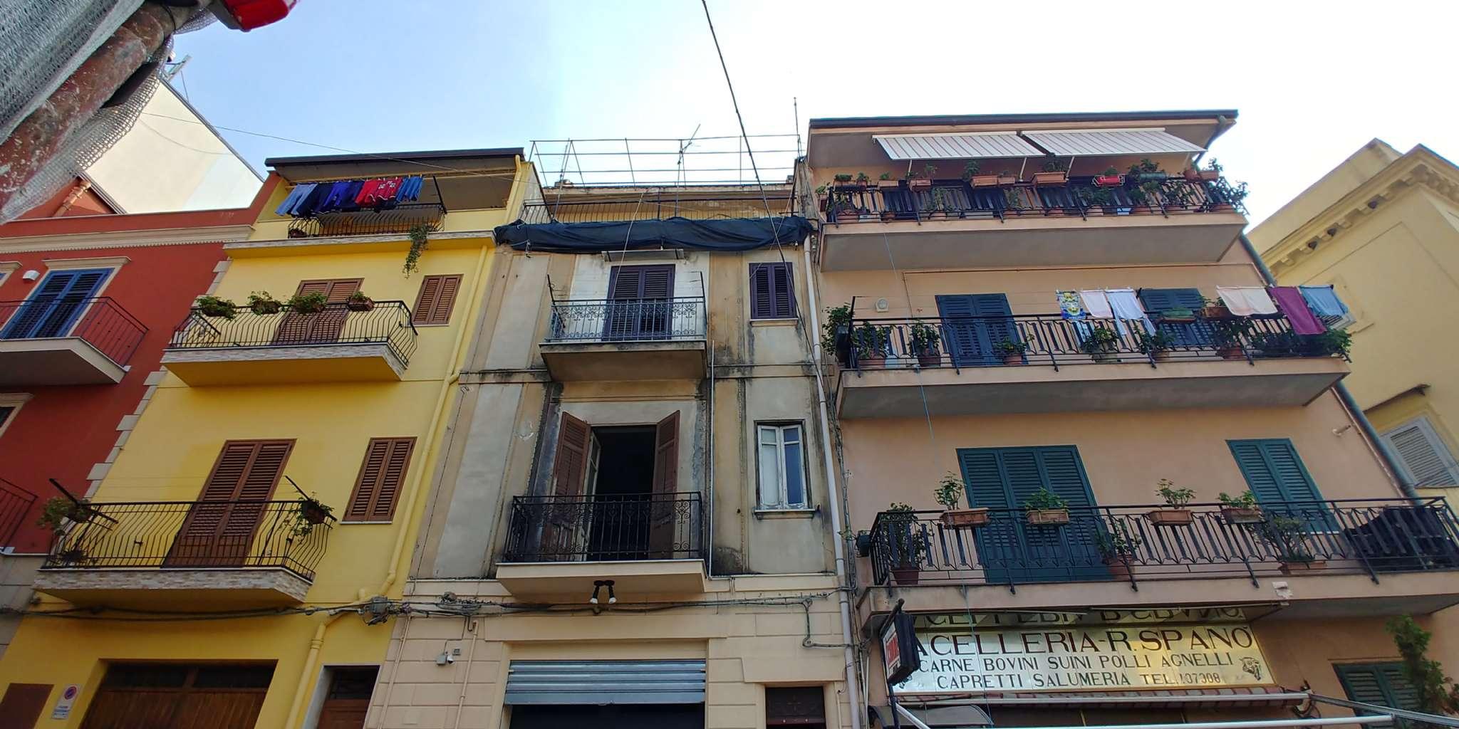 Bilocale da ristrutturare con balcone