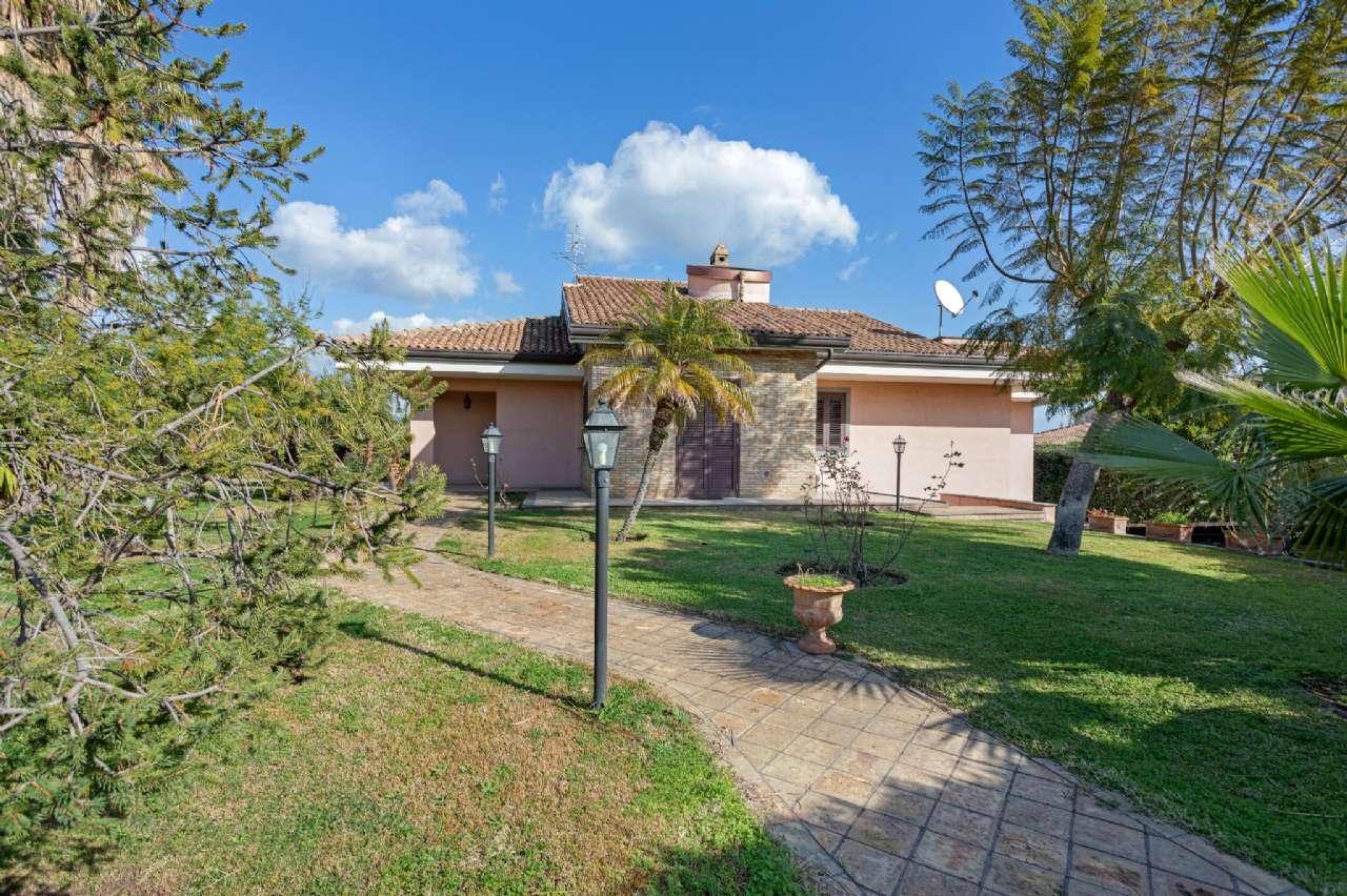 Prestigiosa villa singola con ampio giardino, foto 3