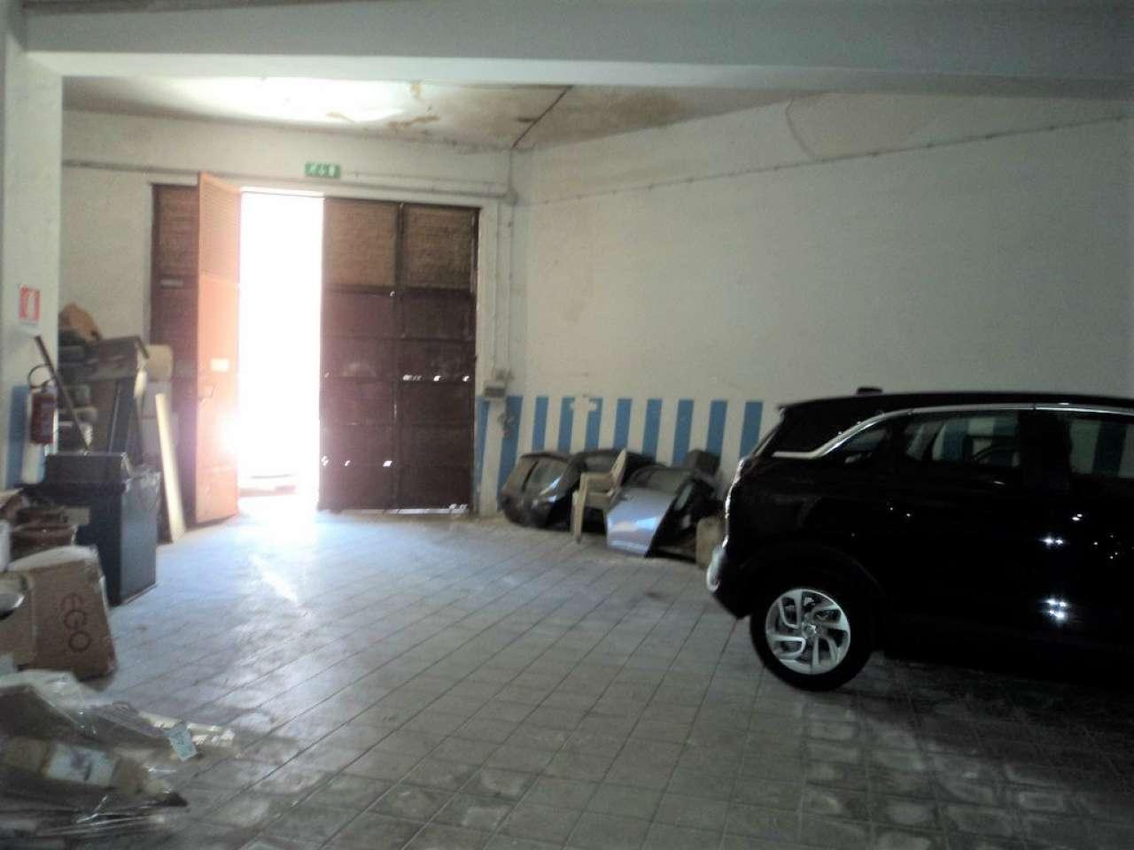 Locale deposito in zona centrale, foto 0