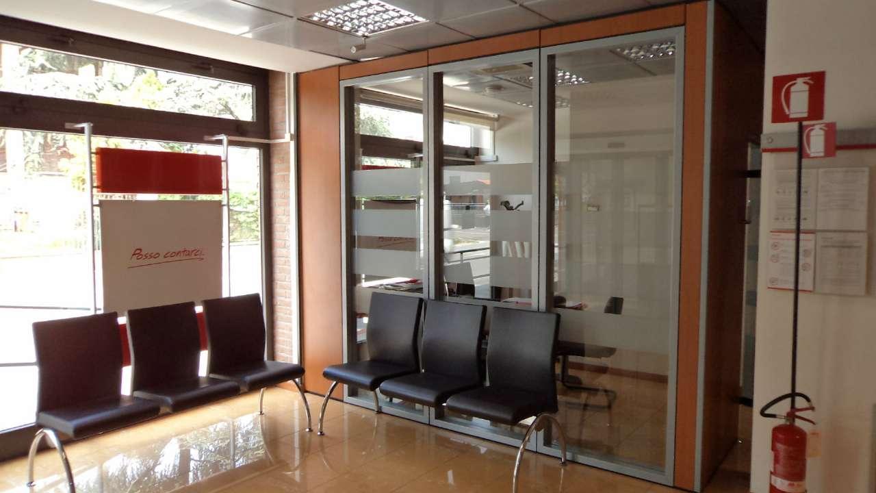 Ampio  spazi commerciale  frazionato con vetrine Rif. 5276141