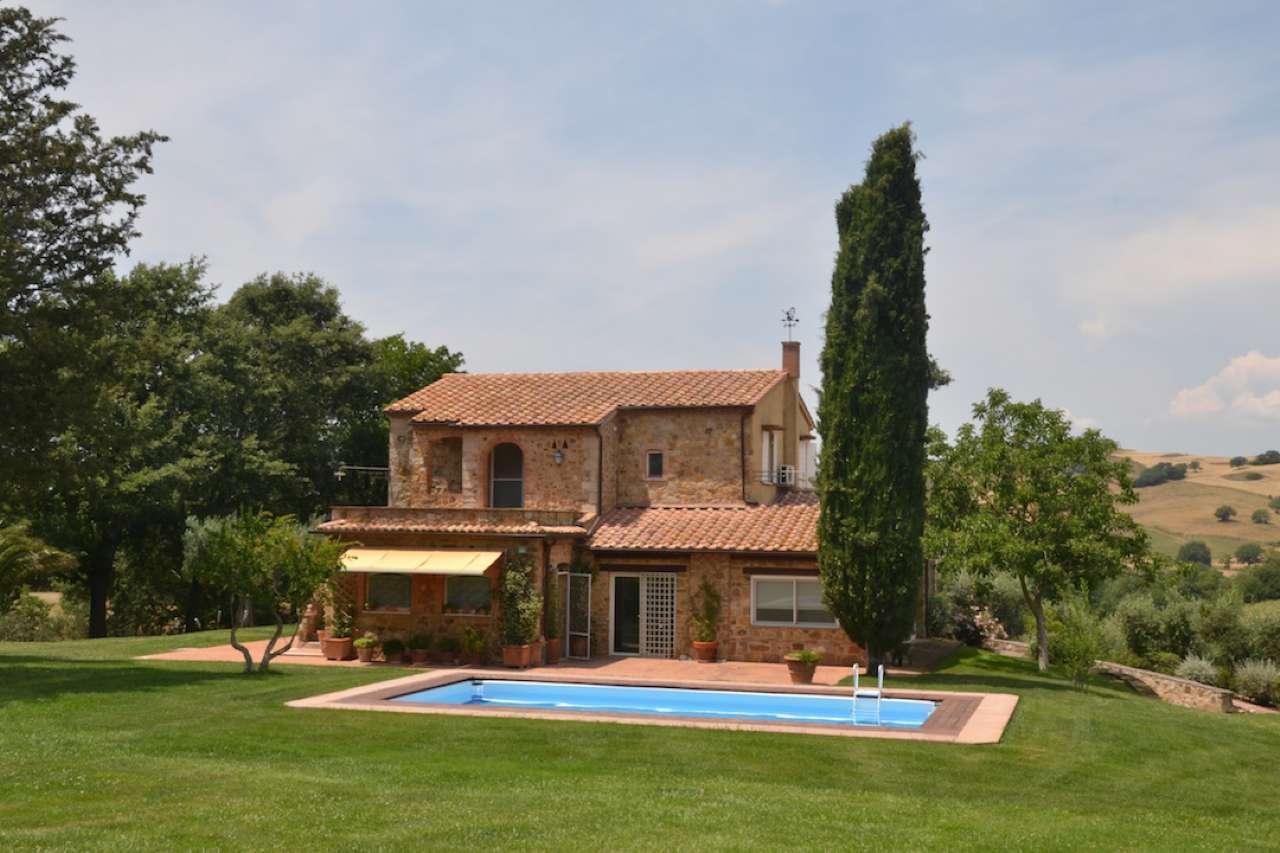 Prestigiosa dimora di campagna con ampio parco e piscina