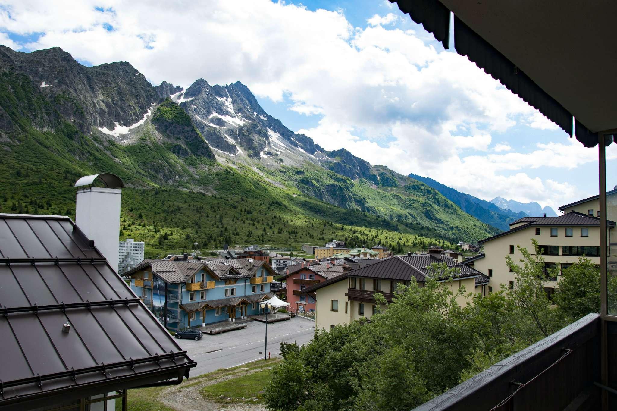 Trilocale arredato con balcone panoramico e posto auto coperto