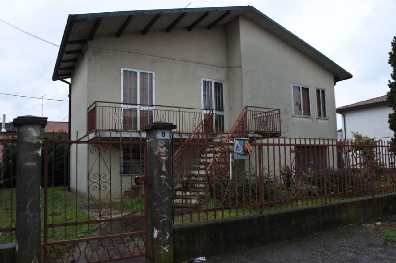 Casa singola su due piani fuori terra con terreno esclusivo, foto 0