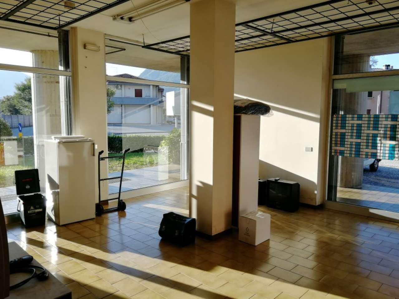 Negozio vetrinato dalle ampie metrature disposto su due livelli Rif. 8578969