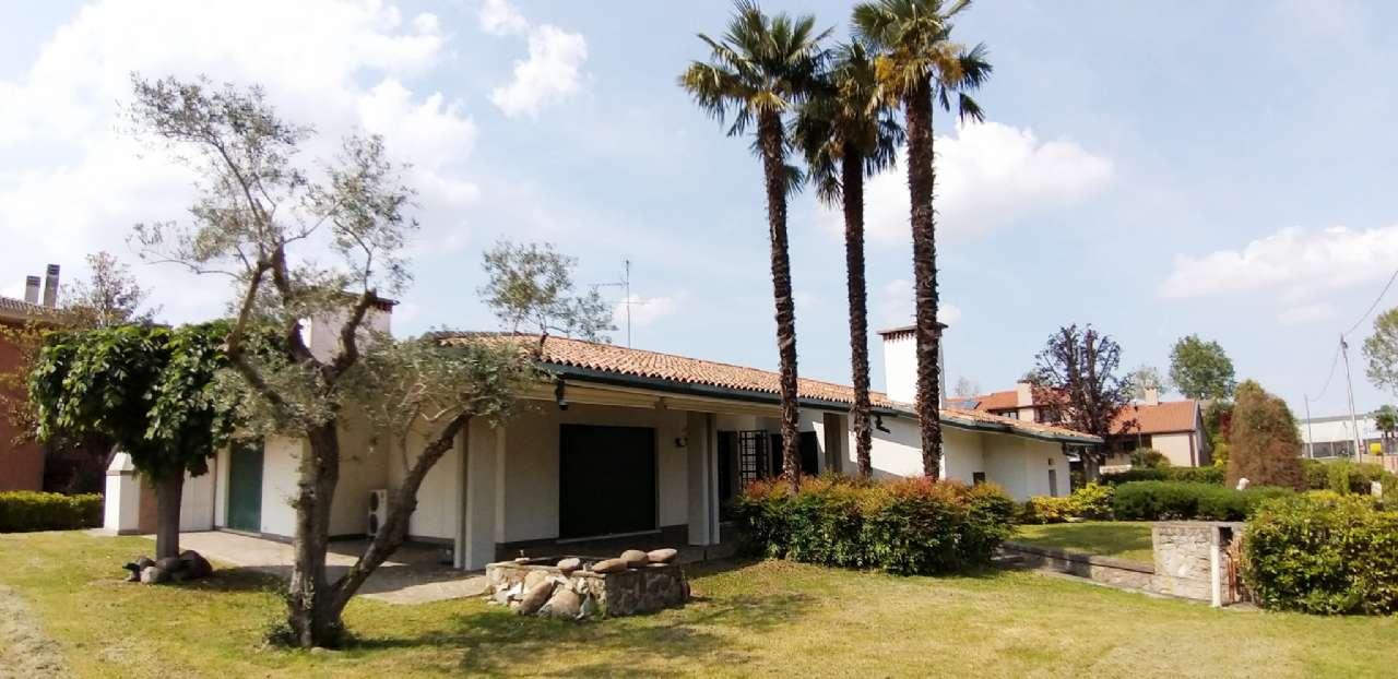 Villa con ampio giardino e lotto edificabile , foto 0